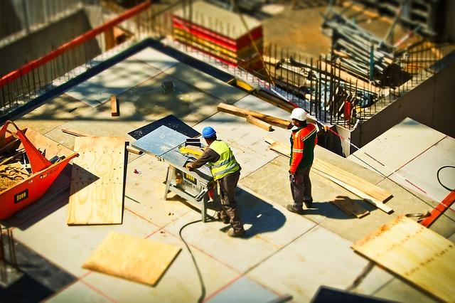BHP na budowie, czyli jaka jest niezbędna odzież i sprzęt ochronny