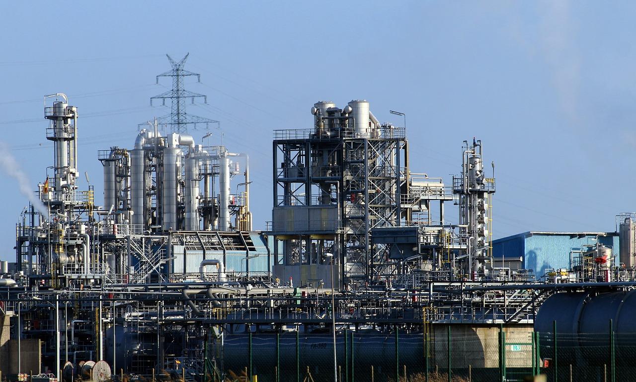 Jak zapewniana jest ochrona przed pożarem w zakładach petrochemicznych?