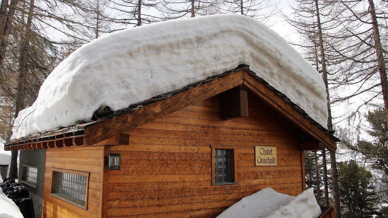 Zabezpieczenia przeciwśniegowe dachu – przygotuj się na zimę