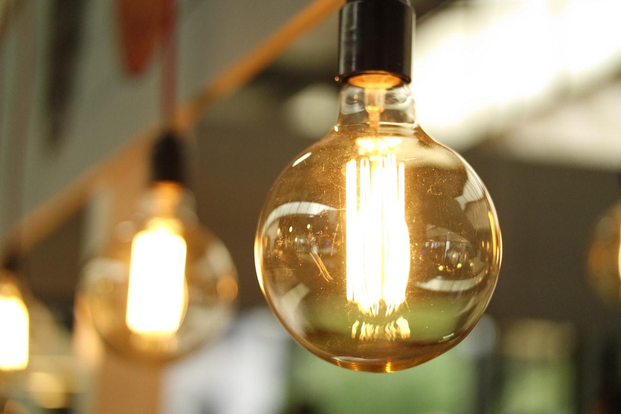Instalacja elektryczna w salonie - jak rozplanować układ gniazdek, włączników i punktów świetlnych?