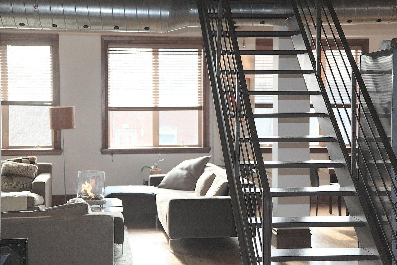 Schody strychowe – jak zamontować schody na strych?