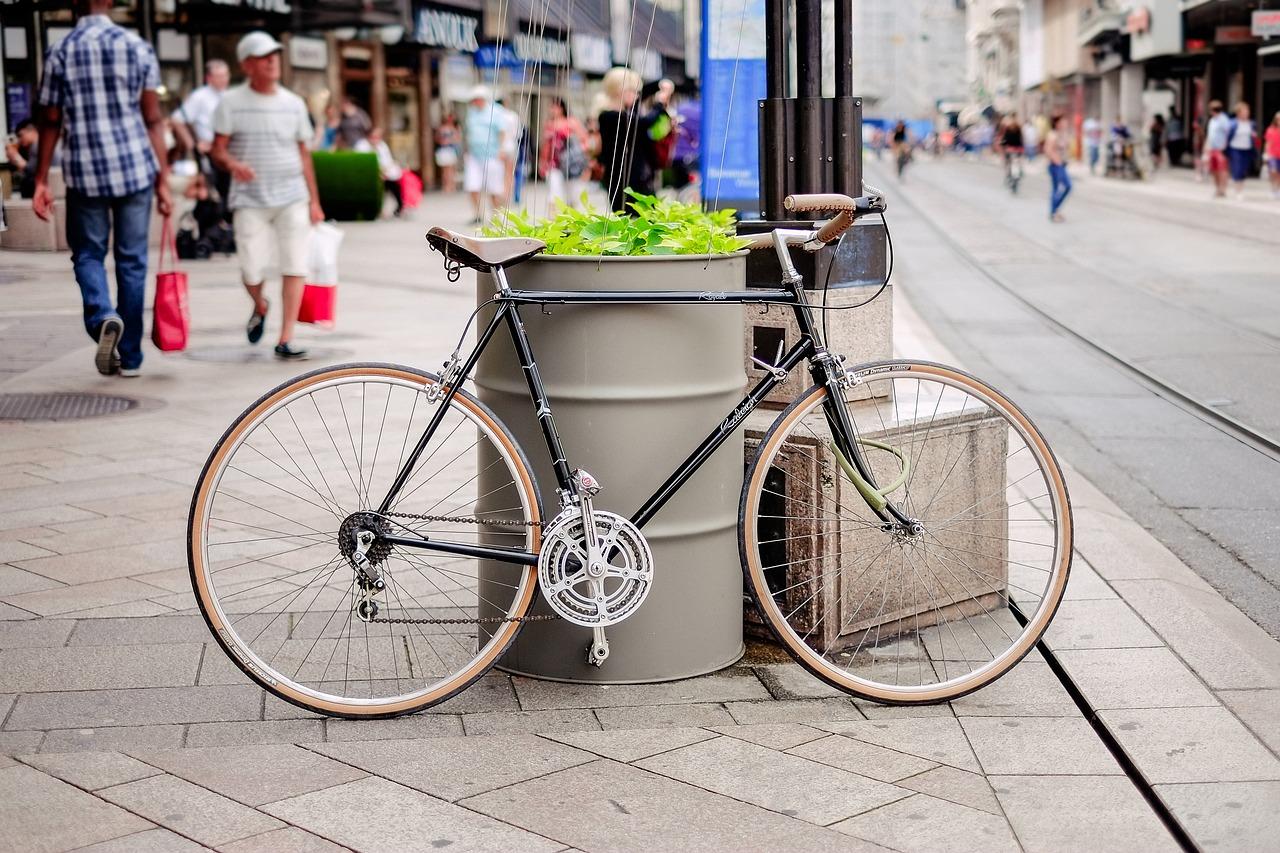Jak słupki betonowe pomagają w organizacji i utrzymaniu porządku w mieście?
