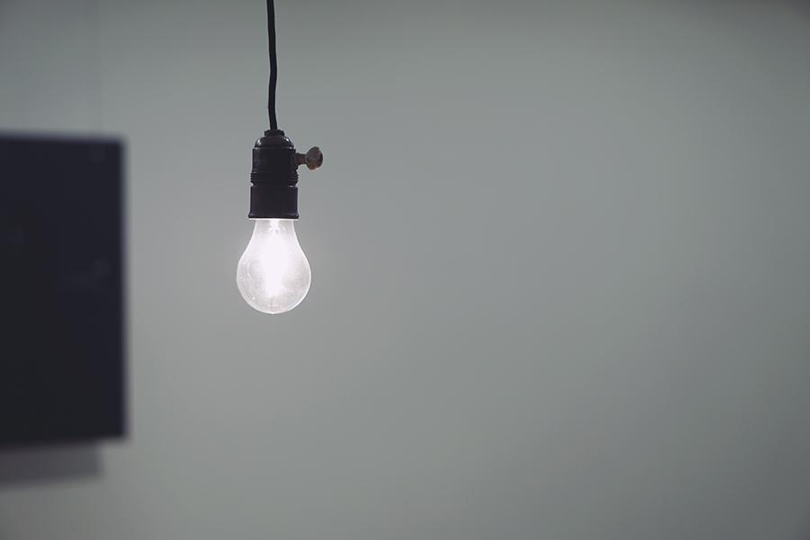 Każdy z nas pragnie, aby jego dom był jak najbardziej funkcjonalny i piękny. Dotyczy to zarówno właścicieli wielkich, rozległych posiadłości, jak i posiadaczy małych, przytulnych mieszkań. Jednym z istotnych elementów, wpływających na jakość codziennego życia, jest dobrze zaplanowane oświetlenie. W dzisiejszym tekście nie chcemy jednak opowiadać o rodzajach lamp, które warto wprowadzić do poszczególnych pomieszczeń. Zamiast nich skupimy się na niby niewielkim elemencie instalacji oświetleniowej, bez którego jednak nie dałoby się funkcjonować. Mowa oczywiście o urządzeniach do sterowania domowymi lampami. Pod tym względem wiele się ostatnio zmieniło. Poniżej zaprezentujemy najciekawsze rozwiązania dla nowoczesnego i wygodnego domu. Manualne sterowanie oświetleniem w domu – nowe koncepcje Każdy z nas zna klasyczne włączniki światła. Znacząca większość wciąż używa ich w swoich domach. Obecnie nie jest to już jednak jedyne rozwiązanie do manualnego sterowania domowymi lampami. Oprócz włączników przyciskowych możemy bowiem postawić na praktyczne i funkcjonalne panele dotykowe, które znajdziemy choćby na stronie: https://gajwer.pl, pełnej sprawdzonych pomysłów dla domu. Co je wyróżnia? Są niezmiernie trwałe i wygodne w użyciu. Zamiast przełączników używa się panelu dotykowego, dzięki któremu możemy włączać / wyłączać poszczególne lampy lub regulować natężenie światła w pomieszczeniu. Niektóre modele można nawet wprowadzić do domowego systemu Smart House, przez co przydają się do sterowania innymi urządzeniami elektrycznymi. Panele odznaczają się także ciekawym designem, stając się przyjemną dla oka dekoracją domowych wnętrz. Sterowanie zdalne – piloty lub aplikacje Nie zawsze jednak mamy ochotę odrywać się od wykonywanych aktualnie czynności, żeby włączyć światło. Dobrym rozwiązaniem w takiej sytuacji mogą okazać się urządzenia do sterowania zdalnego. Na rynku można spotkać dedykowane piloty, a także praktyczne aplikacje, pozwalające na zarządzanie całym oświetleniem przy