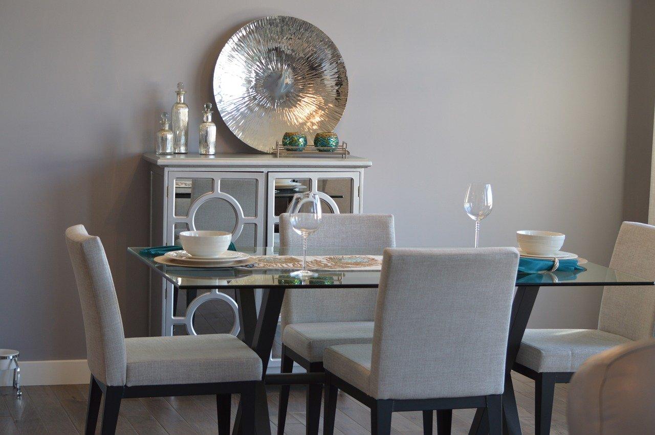 Stół do jadalni i salonu – co wybrać, by żyło się wygodniej