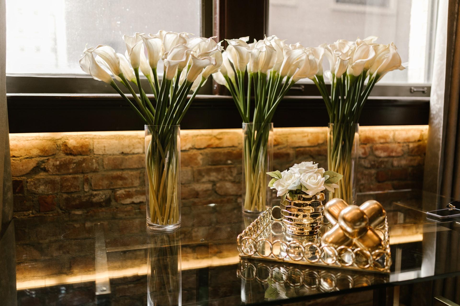 Wazony szklane – ponadczasowa elegancja na wiele sposobów