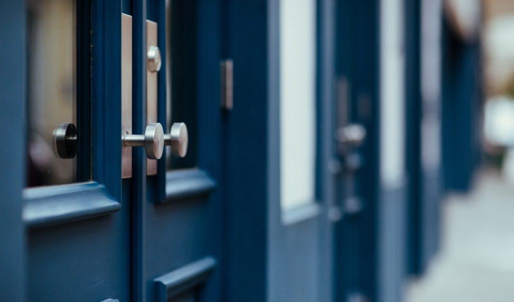 Jakie drzwi zewnętrze wybrać? Przegląd najmodniejszych modeli