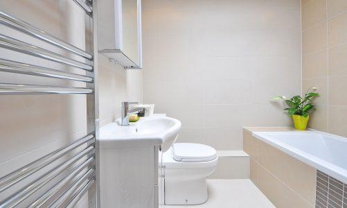 W jakiej łazience sprawdzi się wanna przyścienna?